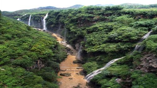 马岭河峡谷风景区位于兴义市东北4公里处,峡谷长约15公里,两岸峭崖对