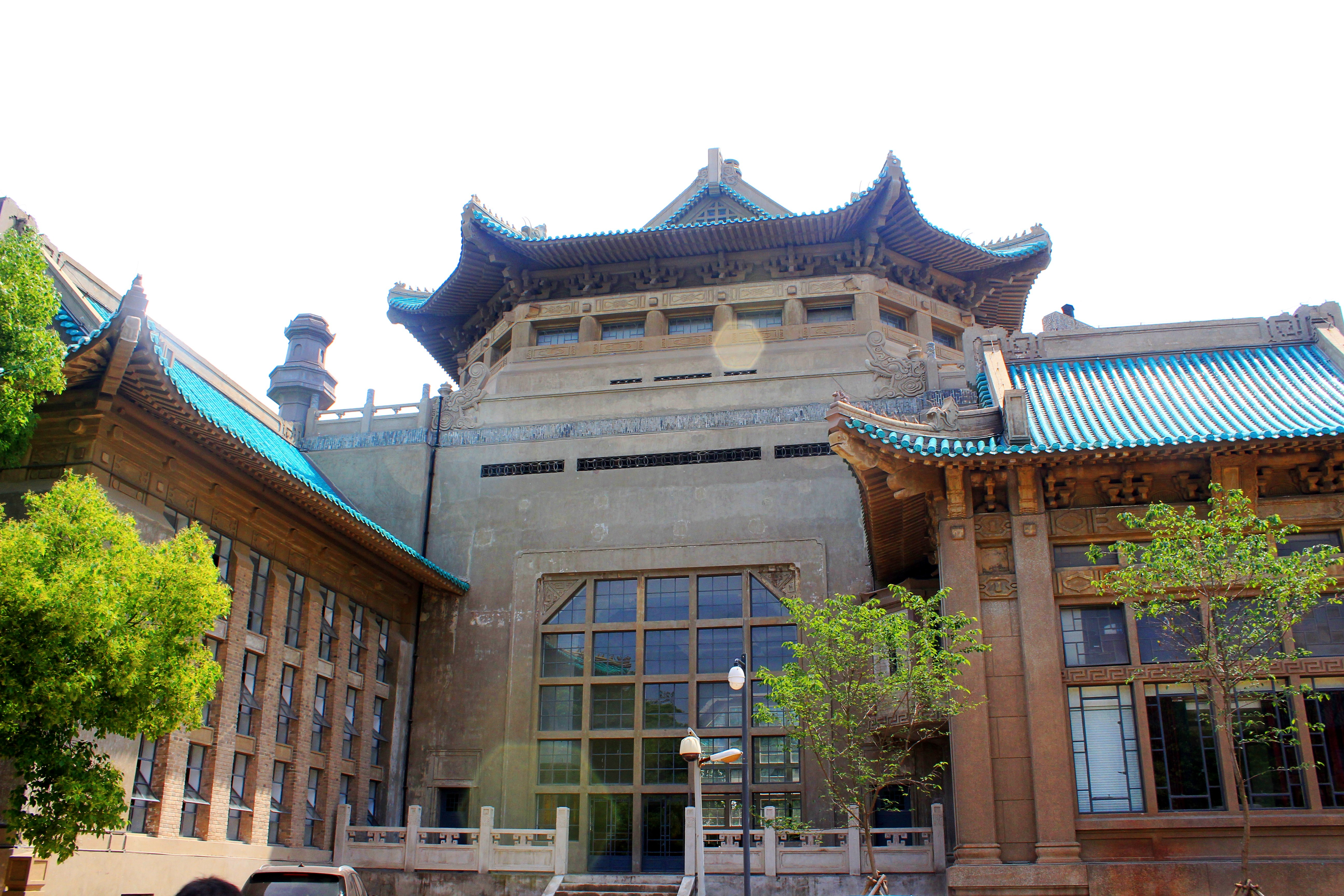 武汉大学非常漂亮,从闻名全国的经典大门进去,就是一个大广场,走过