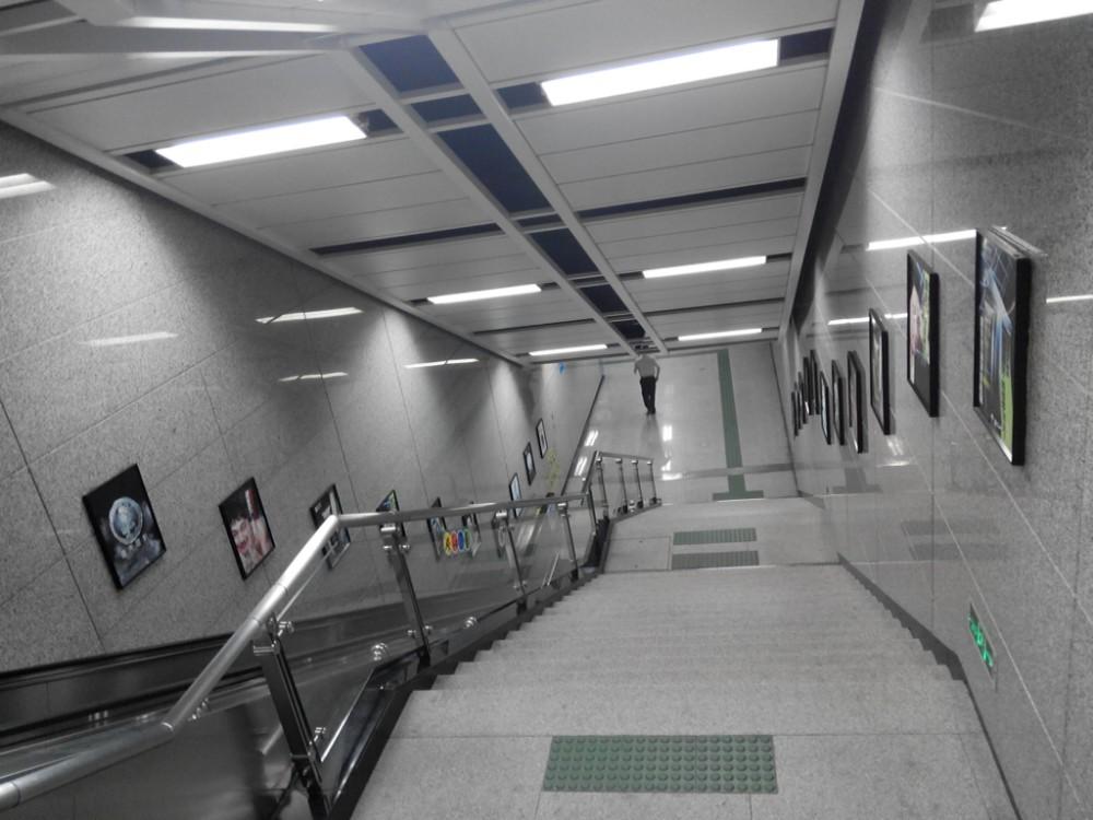 等地铁工作人员开门进地铁站
