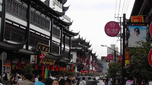 <p>城隍庙是上海众多景点中最热闹也是最传统的一处,但凡要来上海游玩的人,最先想到的一定是城隍庙!其实大多数人口中的城隍庙乃城隍庙旅游区,包含了老城隍庙、豫园及购物美食小商品等一大块区域。 城隍庙这里商品玲琅满目,特色小吃店也非常多,这儿还有小商品、土特产和特色商品市场,而且拥有好几座小商品商城,如福佑商厦、福民商厦、福佑门商厦等,以及著名的豫园商城和众多珠宝老字号、银楼老字号云集在此。</p>