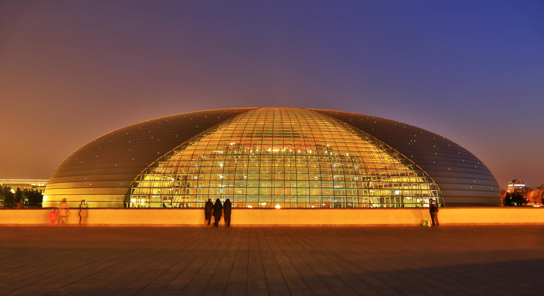 造价31亿的国家大剧院为钢结构壳体呈半椭球型