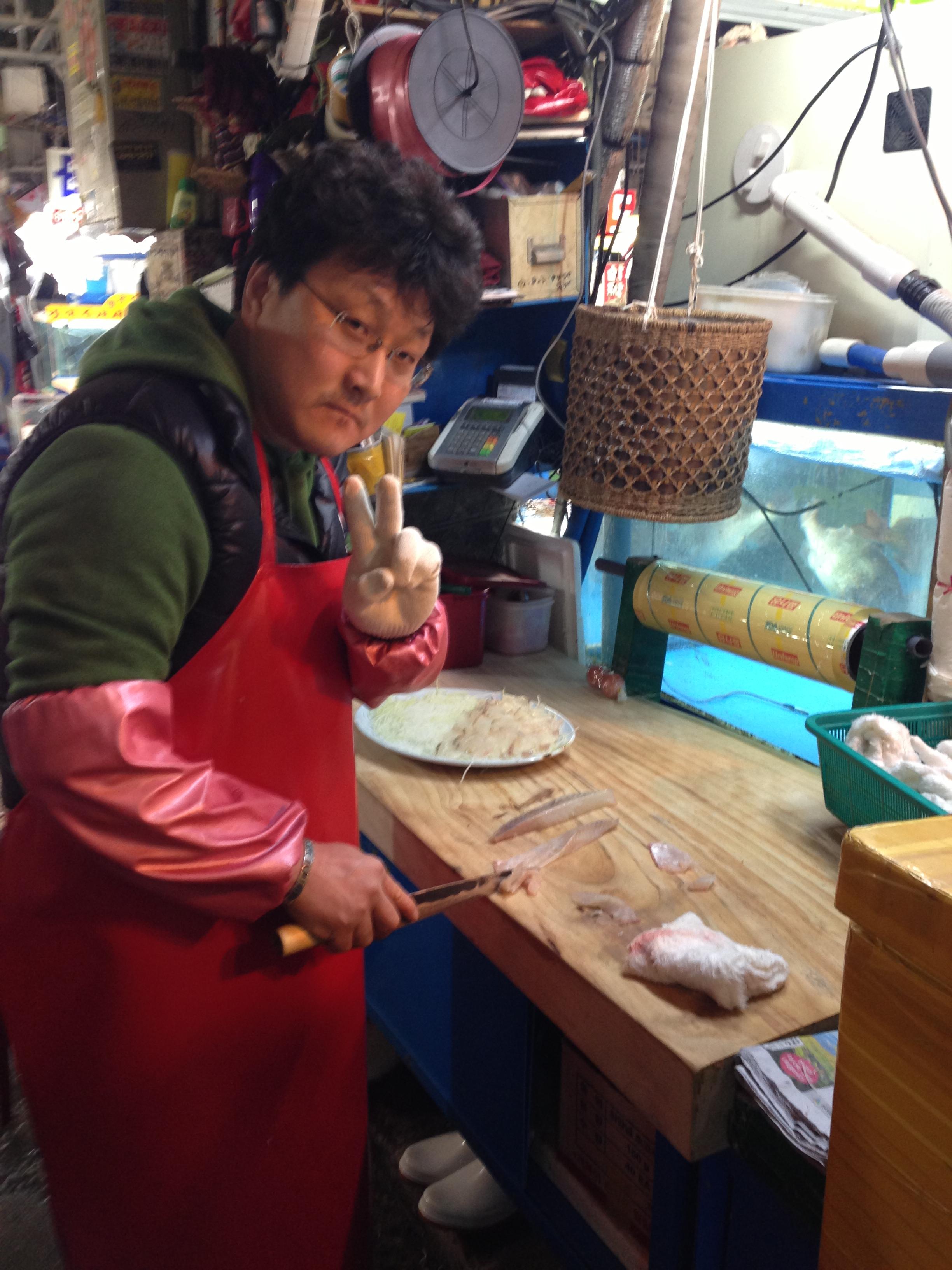 这是我在济州经常吃的一家烤贝壳专门店,没有客人熙熙攘攘、车水马龙,自然海鲜贝类也是更新很快,非常新鲜。烤贝壳套餐非常适合作为夜宵,美味又不会很饱。晚饭的话,不妨点上一只鲜活的帝王蟹,不需再点别的,韩国人不习惯杀价,但会送服务,烤贝、或者烤虾、或者蟹壳炒饭,老板会免费送给你哦!帝王蟹建议3~4人吃,人少会稍微有点贵