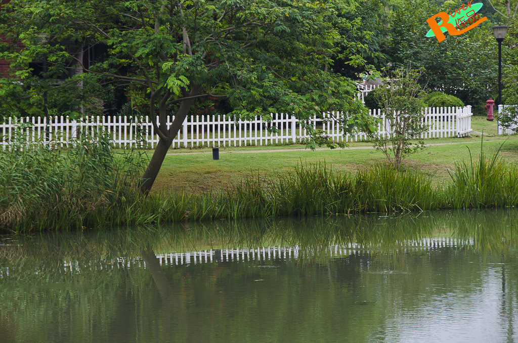 河边是英式乡村别墅,白色的围栏内有一个自己的小院,生活舒适惬意.