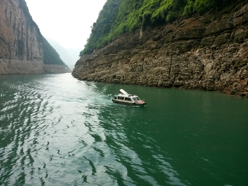 位于宜昌市的三峡大坝,是当今世界上最大的水利工程,于1994年正式动工修建,2006年全线完工。大坝为混凝土重力坝,坝顶总长3035米,坝顶高程185米,正常蓄水位175米,总库容393亿立方米,能够抵御百年一遇的特大洪水。 三峡大坝旅游区目前对游客开放有三个景点:坛子岭、185平台(观景点)和截流纪念园,前两个位于长江北岸,截流纪念园位于长江南岸。坝顶不对外开放。除了在旅游区观赏大坝外,您还可乘坐三峡游轮近距离体验大坝。三峡大坝五级船闸是世界上最大的船闸。船闸全长6.4公里,其主体闸室部分1.6公里,船