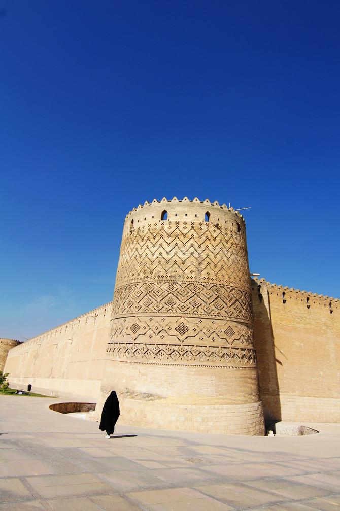 远远望去,非常之雄伟,四个城角的炮台上布满了各种几何图形,而其中一图片