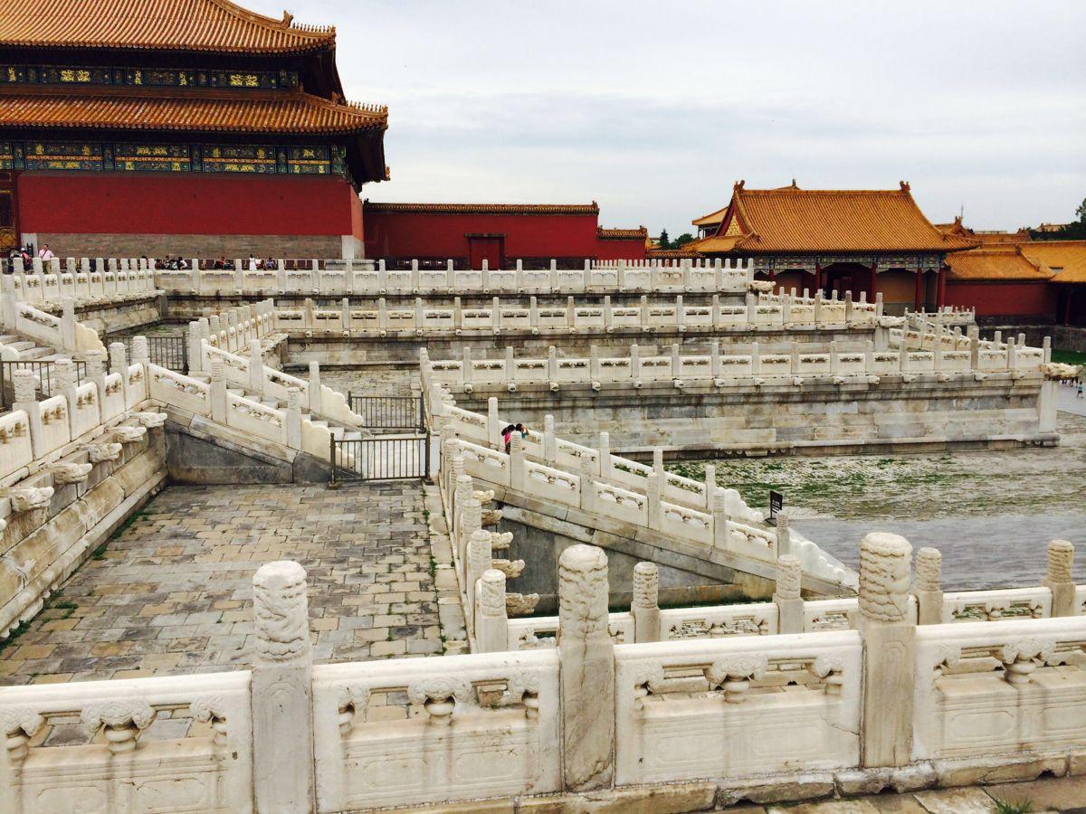 绝大多数第一次来北京的游客,都会把故宫当作必去之处。故宫又称紫禁城,是明、清两代的皇宫,也是古老中国的标志和象征。虽说这里早已不再是中国的政治中心,但当你置身于气派规整的高墙深院,依然能真真切切地感受到她曾经的荣耀。悠久的历史给这里留下了大规模的珍贵建筑和无数文物,也成为今天游玩故宫的主要看点。