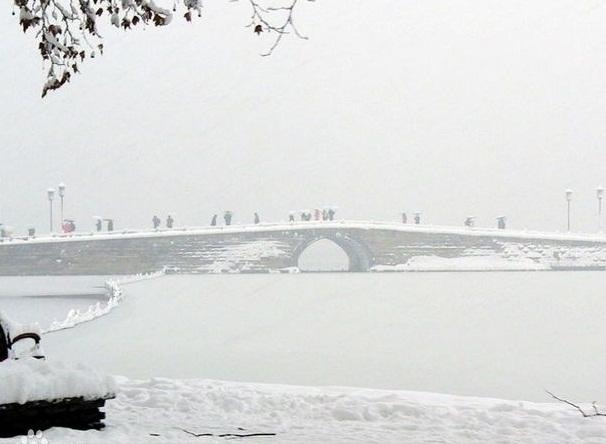 发表于2014-04-23 09:13:58 这个至少得有积雪的时候,才能看见断桥残雪。每当瑞雪初霁,站在宝石山上向南眺望,西湖银装素裹,白堤横亘雪柳霜桃。断桥的石桥拱面无遮无拦,在阳光下冰雪消融,露出了斑驳的桥栏,而桥的两端还在皑皑白雪的覆盖下。依稀可辩的石桥身似隐似现,而涵洞中的白雪奕奕生光,桥面灰褐形成反差,远望去似断非断,故称断桥。