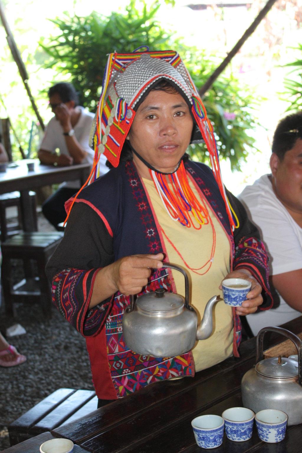 这位倒茶的女人就是华人后裔
