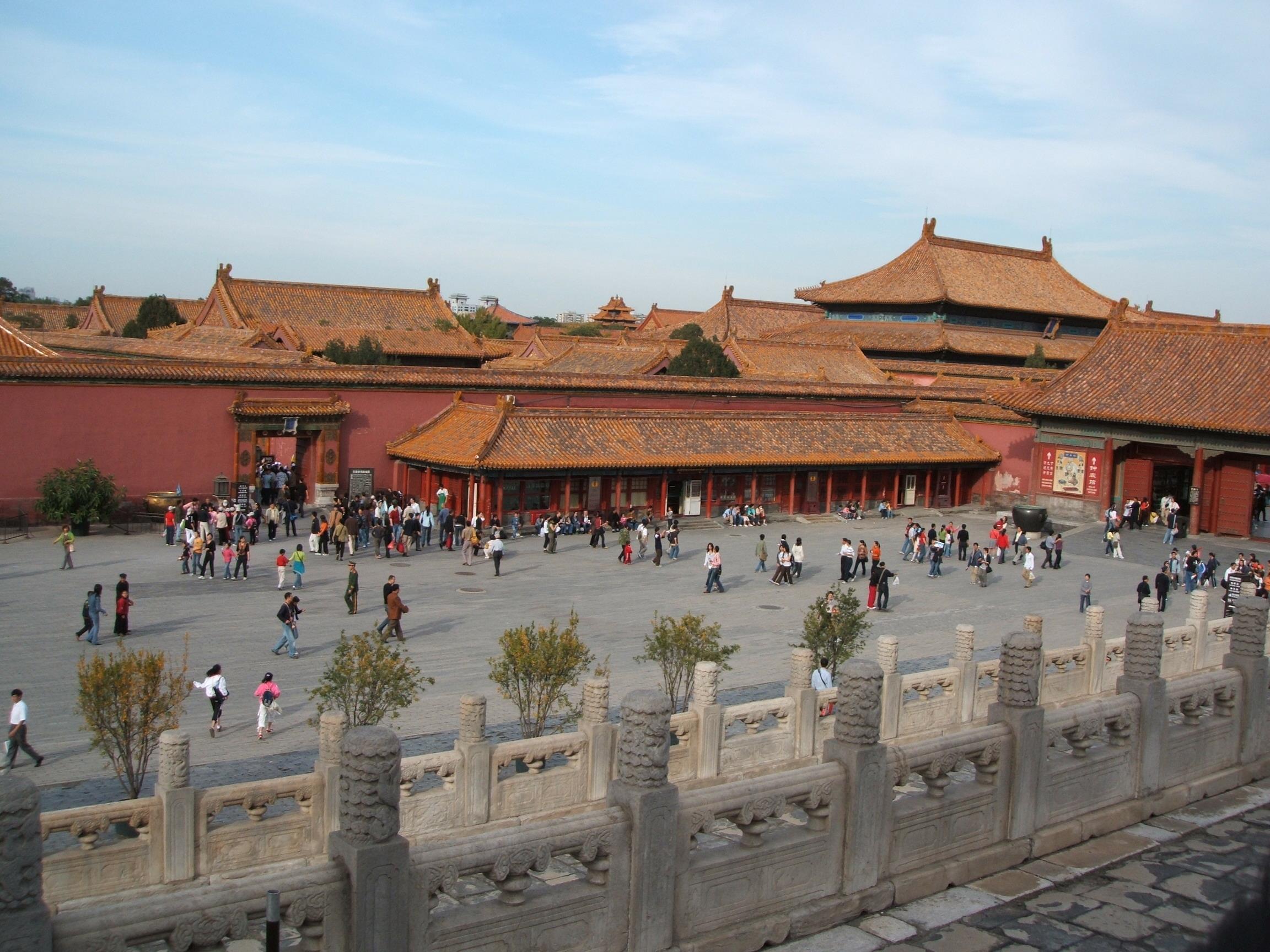 """絕大多數來北京的游人,尤其是初游者,都會把故宮當作必去之處。故宮又稱紫禁城,是明、清兩代的皇宮,也是古老中國的標志和象征。悠久的歷史給這里留下大規模的珍貴建筑和無數文物,也成為今天游玩故宮的主要看點。 故宮是中國乃至世界上保存最完整,規模最大的木質結構古建筑群,被譽為世界五大宮之首(北京故宮、法國凡爾賽宮、英國白金漢宮、美國白宮和俄羅斯克里姆林宮)。其建筑依據其布局與功用分為""""外朝""""與""""內廷""""兩大部分。以乾清門為界,乾清門以南為外朝,以北為內廷,兩部分的建筑"""