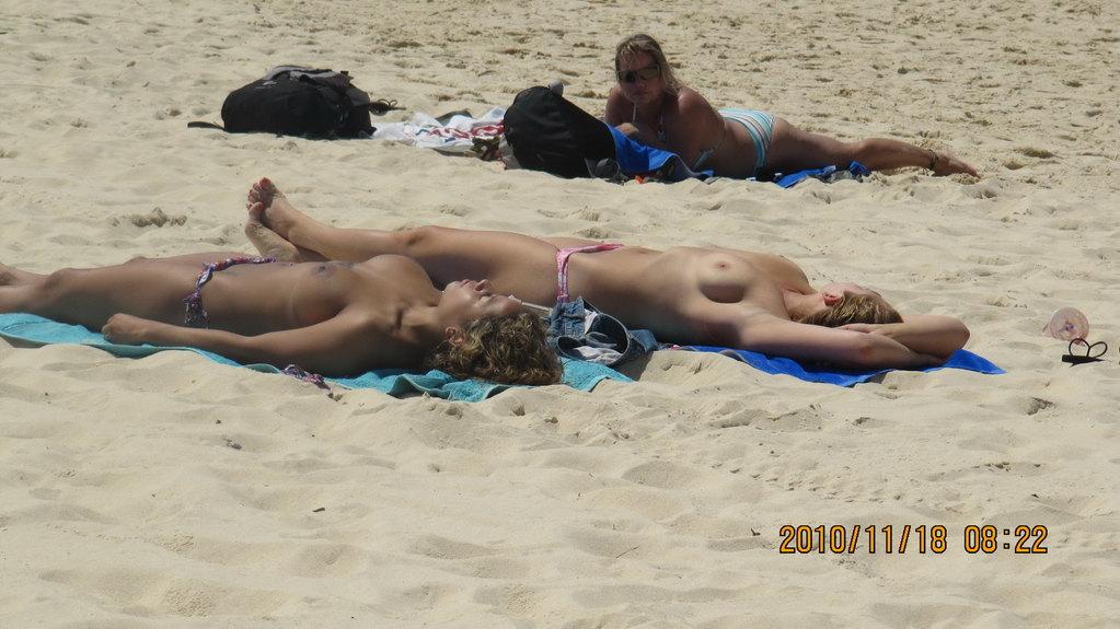 裸晒美女 是悉尼的邦迪海滩的一景