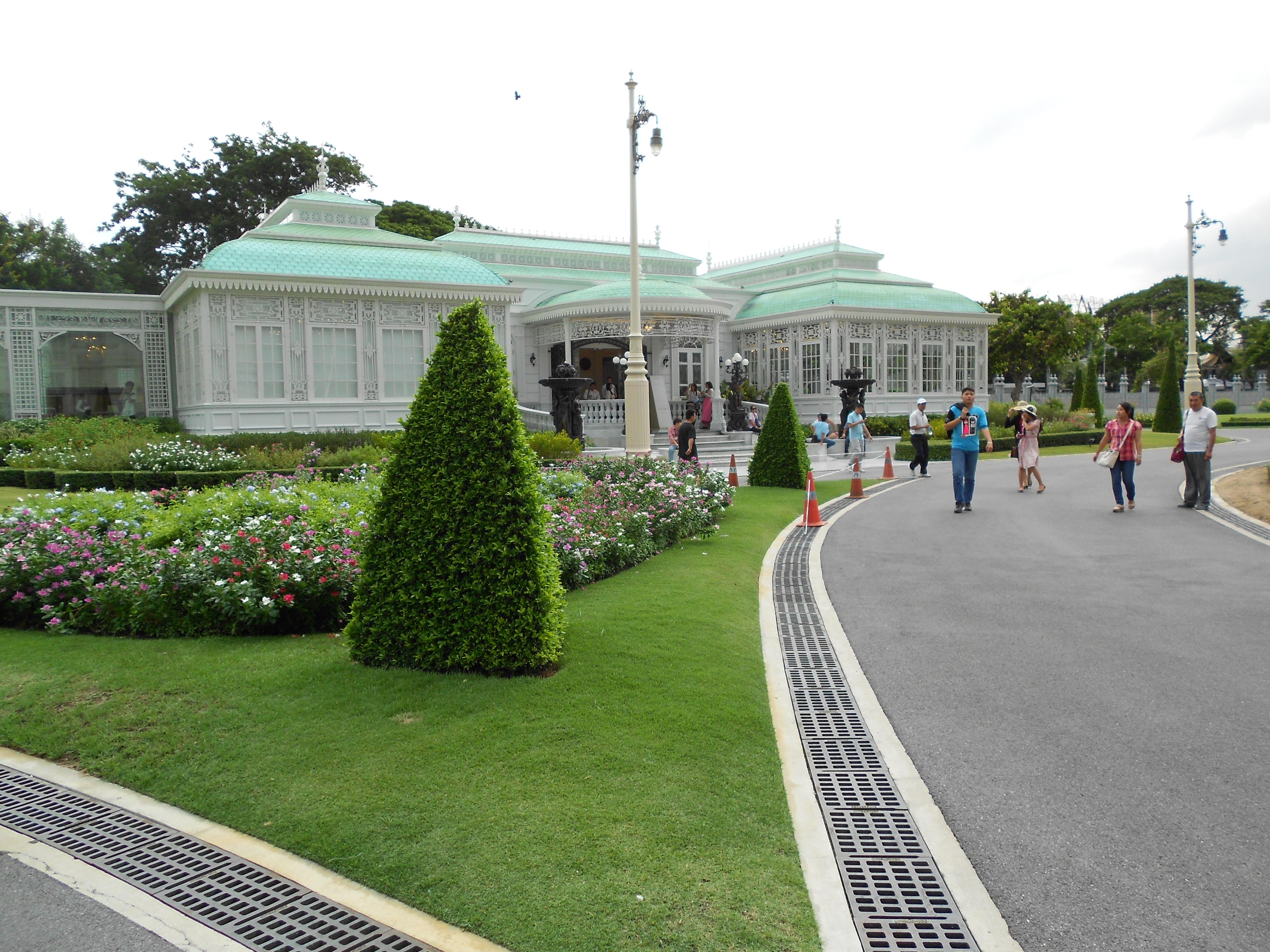 舊國會大廈,也稱為阿南達沙瑪空皇家御會館,是一座白色為主的意大利文藝複興式建築。室內全以彩色大理石裝飾,有泰國歷史演進的壁畫。前院有五世皇的騎馬像,他是一位極力推進泰國現代化和教育普及制的賢明君主。 舊國會大廈這是泰國最有作為的五世皇從意大利游歷歸來後修建的皇宮,也是五世皇議政院,在拉瑪王朝歷史上占據重要一頁。七世皇的時候實行民主政治制度,這里改為國會。後來蓋了新國會大樓,這里就變成了博物館。現今的國會位于舊國會大廈的後側。 泰現今九世泰皇就在此宮慶祝登基60年,全世界29個君主立憲國家中有25個國王及其