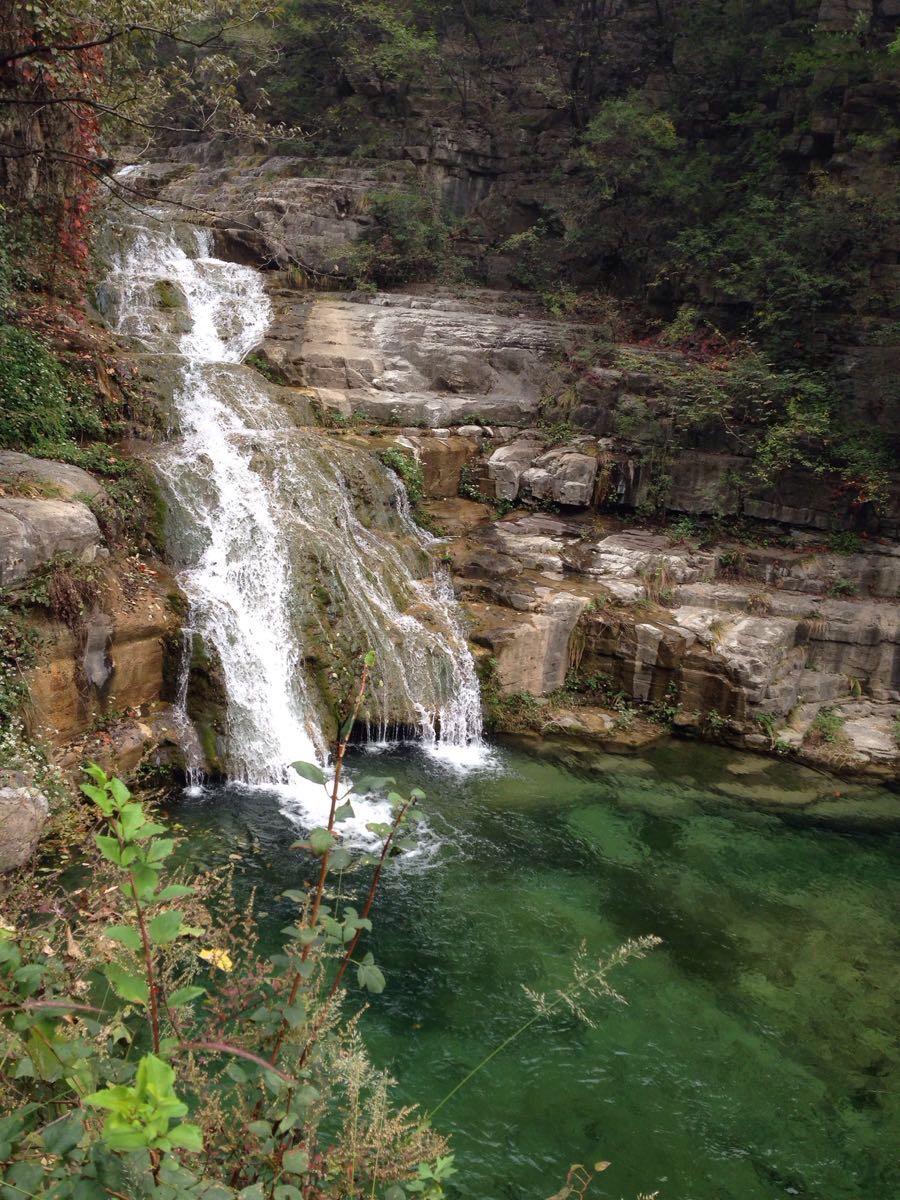"""云台山主要有小寨沟景区(包含泉瀑峡、潭瀑峡、猕猴谷)、红石峡、万善寺、叠彩洞、茱萸峰、峰林峡、青龙峡、子房湖等主要景点。其中红石峡、小寨沟和茱萸峰是游客最为常去的景区(点),而叠彩洞则是通往茱萸峰的必经之路,游客是在观光车上观赏这段风景。多数游客用两天时间游览云台山的大部分景点;如果只有一天,那可以选择红石峡和小寨沟这两个主要区域游玩。 在云台山景区内,你可以游览有着""""盆景峡谷""""之称的红石峡,这里属于丹霞地貌,岩石都是红色的,峡谷两边峭壁林立,谷内飞瀑溪水,既有北方山川的雄浑,又有"""