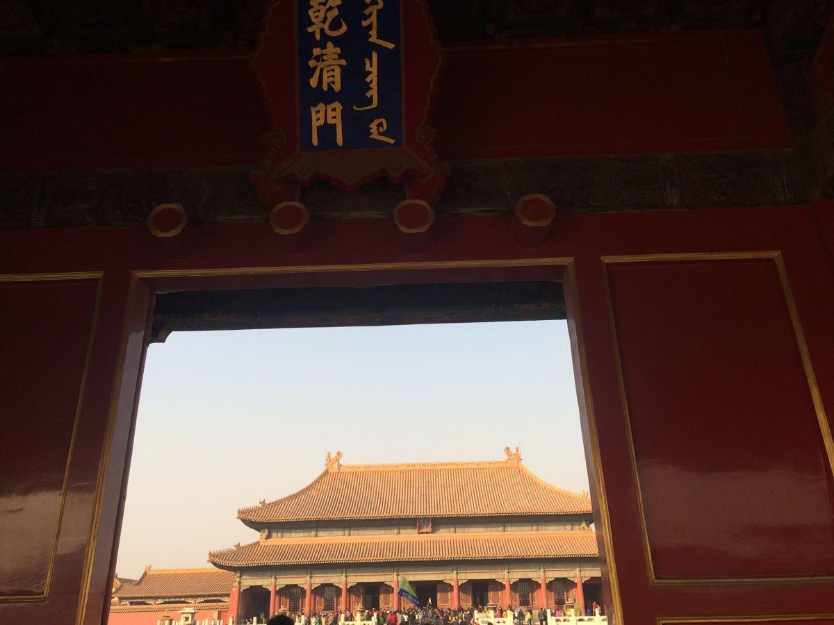 绝大多数第一次来北京的游客,都会把故宫当作必去之处。故宫又称紫禁城,是明、清两代的皇宫,也是古老中国的标志和象征。悠久的历史给这里留下了大规模的珍贵建筑和无数文物,也成为今天游玩故宫的主要看点。 游览古建筑群 故宫是中国乃至世界上保存最完整、规模最大的木质结构古建筑群,被誉为世界五大宫之首。其建筑分为外朝与内廷两大部分。以乾清门为界,乾清门以南为外朝,以北为内廷。 外朝也称为前朝,以太和殿、中和殿、保和殿三大殿为中心,是封建皇帝行使权力、举行盛典的地方。其中太和殿就是影视剧里常说的金銮殿,是