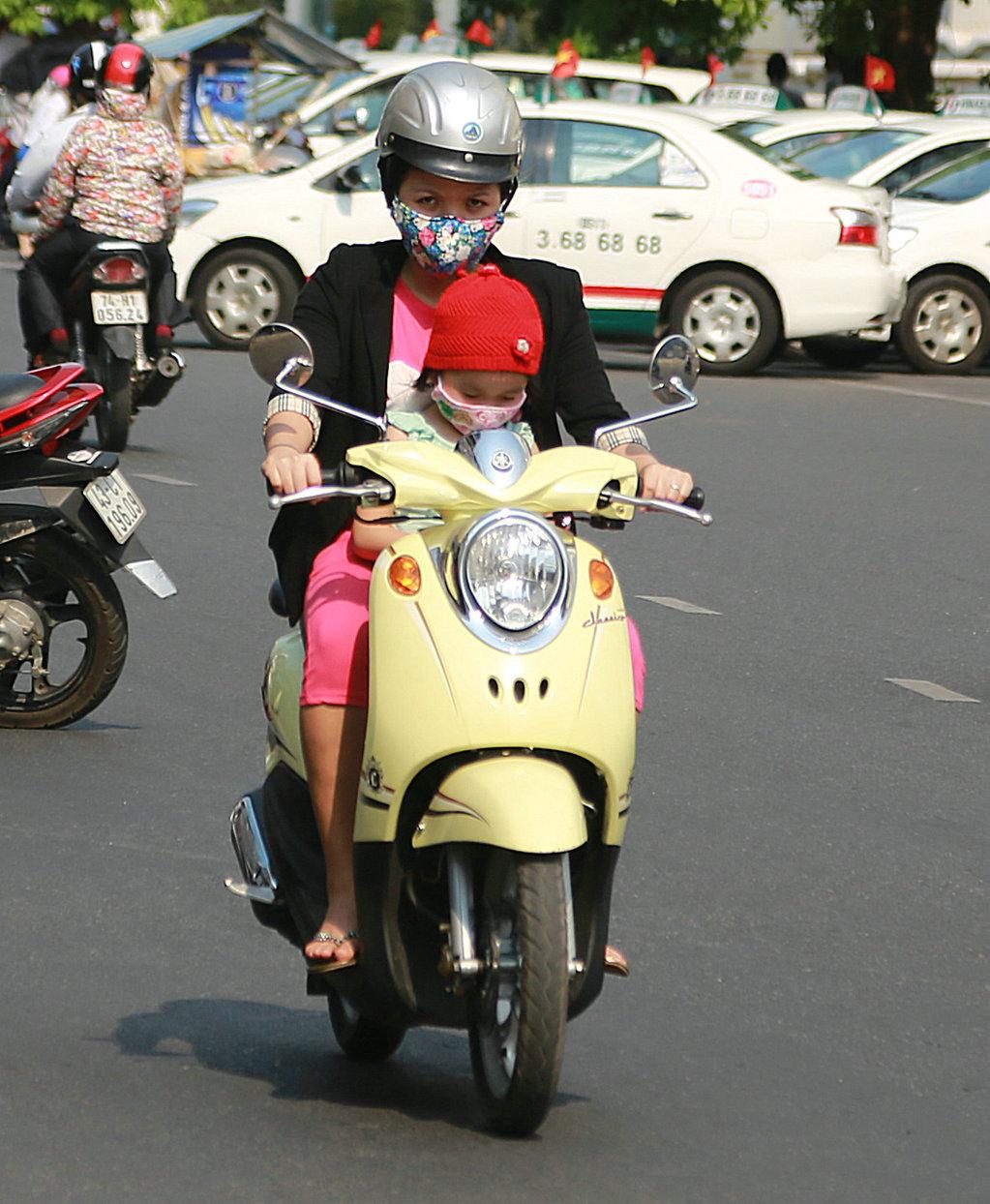 去过越南的朋友对城市中飞奔的摩托大军应该印象深刻,即使没去过,估计大家也早有耳闻。兔子旅行中最喜爱的就是人文,今天,兔子的镜头依然对准越南大街小巷中飞奔的摩托车大军,但主角不是摩托车,而是骑摩托车的人,确切地讲是全副武装骑摩托车的女人!去越南旅行时,如果你足够细心,你会发现越南女人很怕晒,即使是很热的季节,许多越南女性也会穿长衣、长裤、手套,以及斗笠和口罩什么的,尤其是骑摩托车时,怕晒的女性把自己捂得严严实实的,好像防化学武器一样,让人想笑。这组照片拍自越南的岘港和会安,女性全副武装骑摩托车的密度之高令人