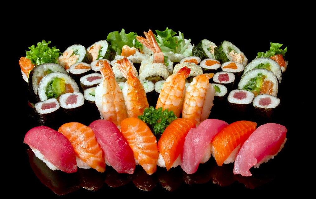 日语名:,sushi(四喜饭),也作鮨或鮓音(SUSI)或(sushi)既可以作为小吃也可以作正餐, 花色种类繁多。配料可以是生的,也可以是熟的,或者腌过的。似乎配料的不同,使得寿司的价格、档次差距甚大。 日本常说有鱼的地方就有寿司,这种食物据说来源于亚热带地区,那儿的人发现,如果将煮熟的米饭放进干净的鱼膛内,积在坛中埋入地下,便可长期保存,而且食物还会由于发酵而产生一种微酸的鲜味,这也就是寿司的原型(即:鲋寿司)。 日本的寿司,主要是由专门的寿司店制作并出售。店中身着白色工作服的厨师,会根