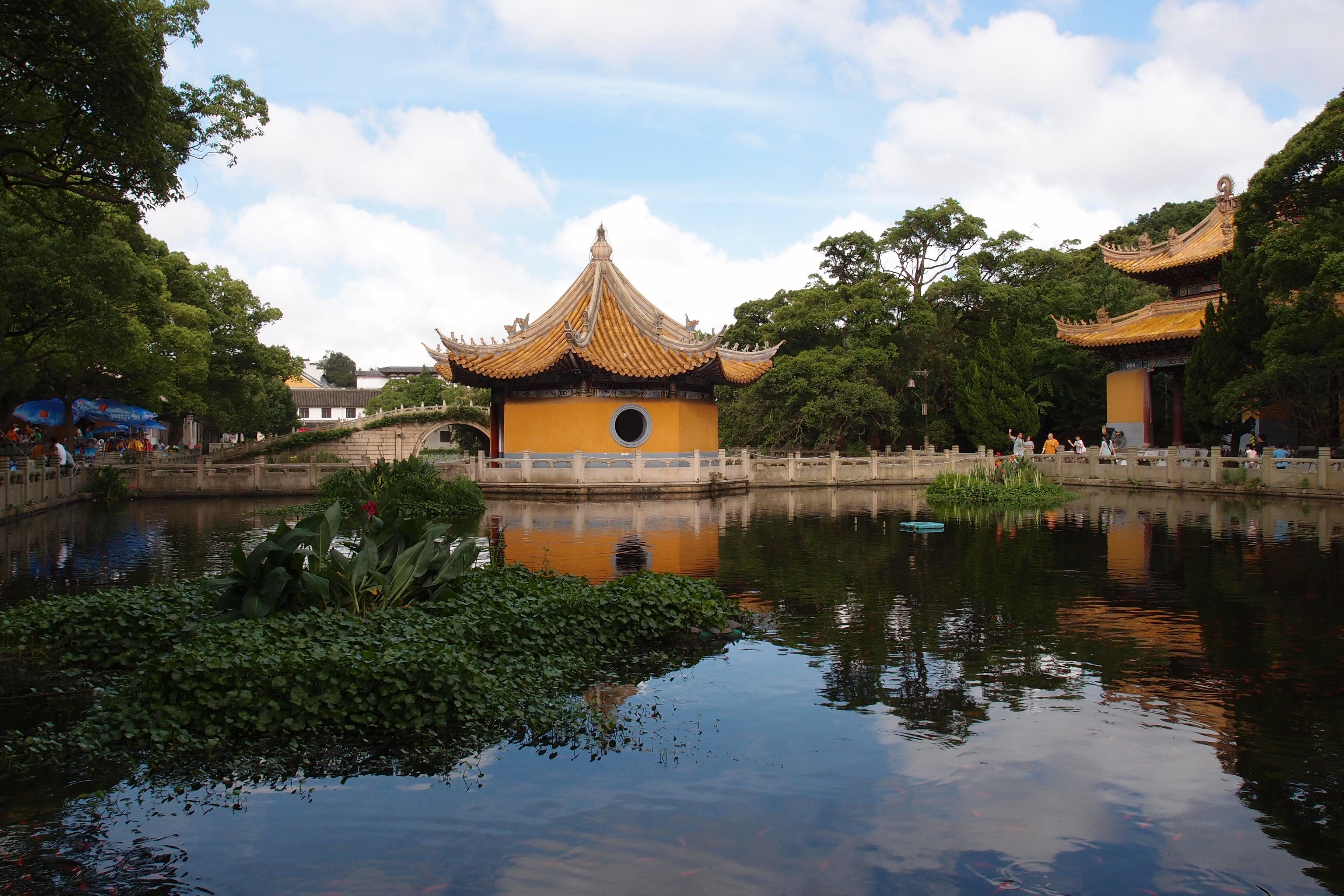"""山上文物众多,有元代的多宝塔,南京明故宫拆迁来的""""九龙殿""""以及建于"""