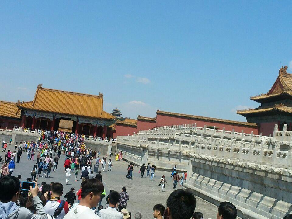 天安门广场位于北京的中轴线上,是共和国的中心广场。天安门城楼、人民大会堂、国家博物馆、人民英雄纪念碑等众多国家象征都坐落于此,各种大型庆典也都在这里举办,每天清晨的升国旗仪式更是吸引无数游客前来瞻仰。观看升降旗仪式天安门广场升(降)国旗仪式分为节日升旗仪式和平日升旗仪式。