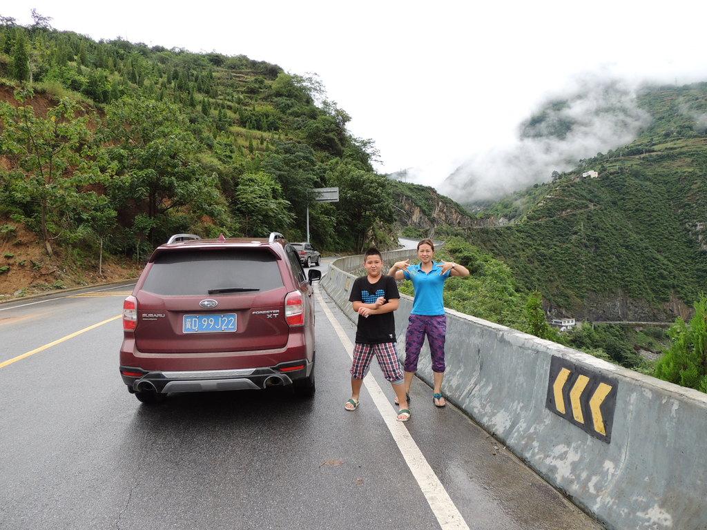 在准备了三个多月的装备,路线计划, 2013年的6月28日我们一家三口终于出发了!踏上了40天的自驾游,旅途征程! 起点由河北邯郸途经---陕西---四川---云南---广西---贵州---湖南---湖北---河南八个省的旅程路线,一路上的小镇,古城,山水美景如画,驾车途中的坎坷犹如电影大片,狂风暴雨,山体滑坡,泥石流,惊心动魄,惊险刺激!这将是我一生刻骨铭心的难忘旅程!