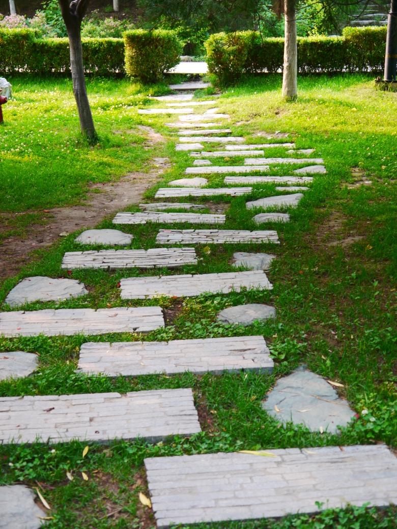用石头铺成的小路