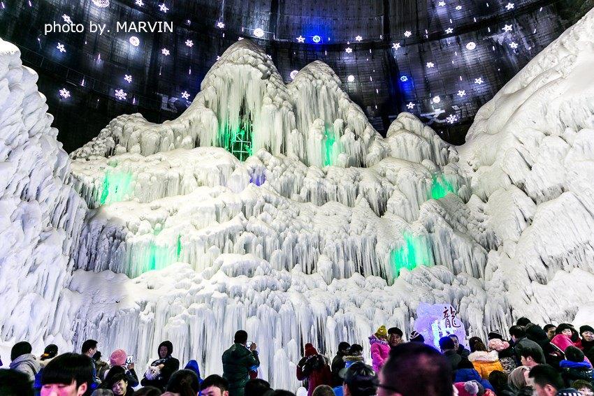 龙庆峡冰灯历年来都是非常出名的。历届冰灯节的主题尽管不同,但顺水库大坝飞流直下的 冰瀑奇观,却年年保留,70米高的巨坝上垂下巨大冰瀑,下饰冰花、冰柱,形成一座飞流千尺晶莹剔透的冰雪乐园。美丽的龙庆峡冰灯艺术节,带给游人一片欢乐。龙庆峡总要举办一年一度的冰灯艺术节。龙庆峡的冰灯,办出了自己的特色。历年的冰灯有不同的主题,一组组冰灯、彩灯,既蕴含着人们丰富的智慧和创造力,又给游人带来美的享受。加上声、光、电的巧妙设计,更使龙庆峡的冰灯艺术充满魅力。 2014年龙庆峡冰灯节于1月10日正式开始。本届冰灯艺术节主