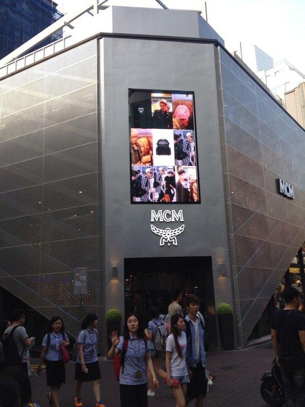 明洞地区汇集了韩国很多知名免税店和百货公司,如乐天免税店,新世界