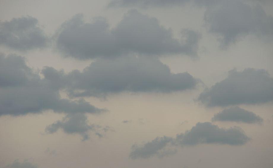 不过说实话,我的心情不佳,淡淡的灰暗的烦愁,犹如此时天空中的浮云.