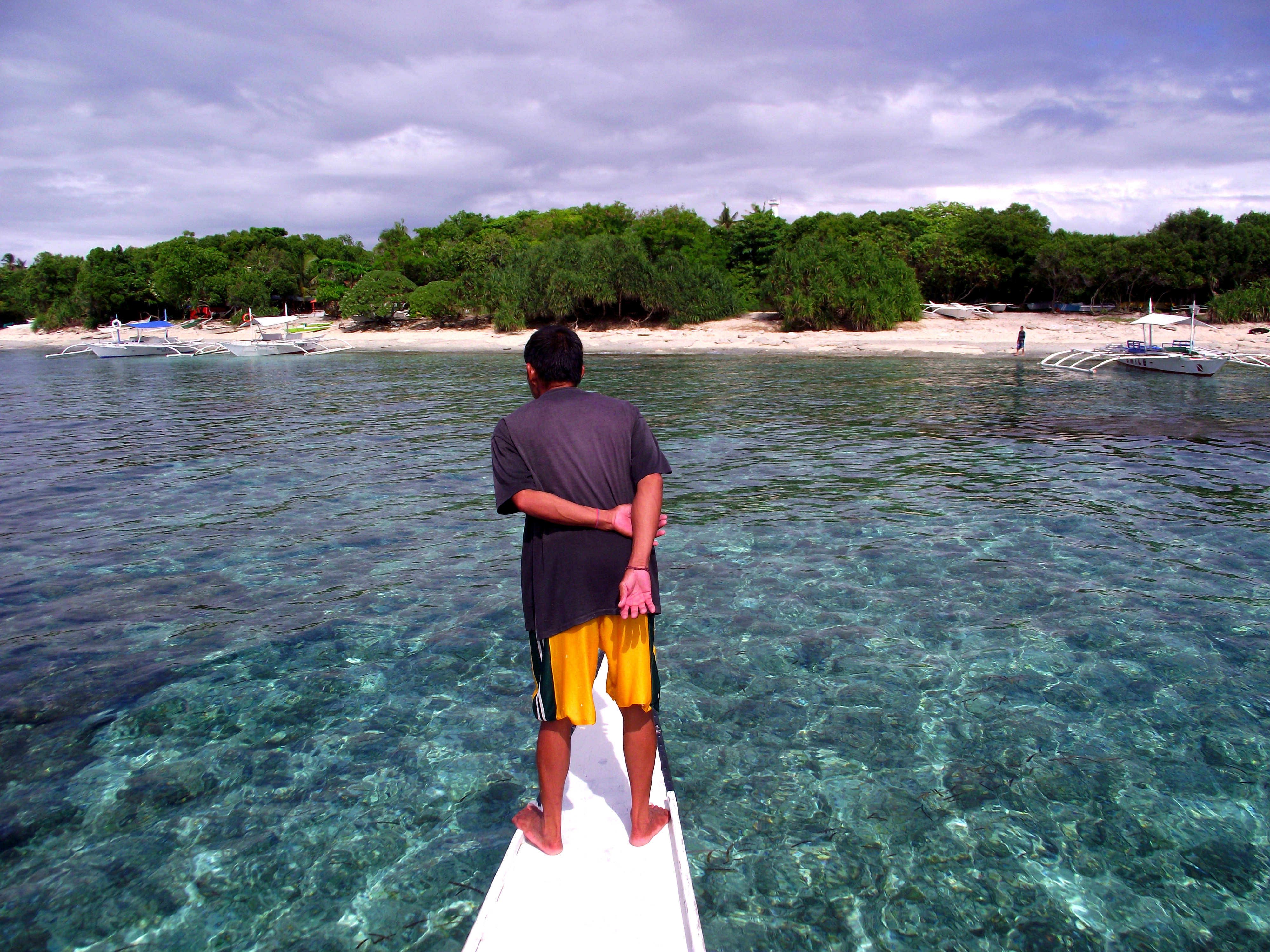 【i旅行】4天4000余元用英文9单词细游菲律宾宿务、薄荷、长滩等9岛6城镇(上篇) 一、简述 2013年11月28日12日1日4天里,我花了4000余元,6次飞行,用英文9个单词,很仔细地游览了菲律宾宿务、薄荷、长滩等9岛6城镇。 6次飞行:上海往返马尼拉、马尼拉往返宿务、马尼拉往返长滩。 9岛6城镇:9岛吕宋岛、麦克坦岛、宿务岛、薄荷岛、邦劳岛、巴黎卡萨岛、处女岛、班乃岛、长滩岛。马尼拉、宿务、塔克比兰、长滩、卡迪兰克、卡里波。 说是只会英文9个单词,当然不止,也没统计过,至少英语极差极差。 说