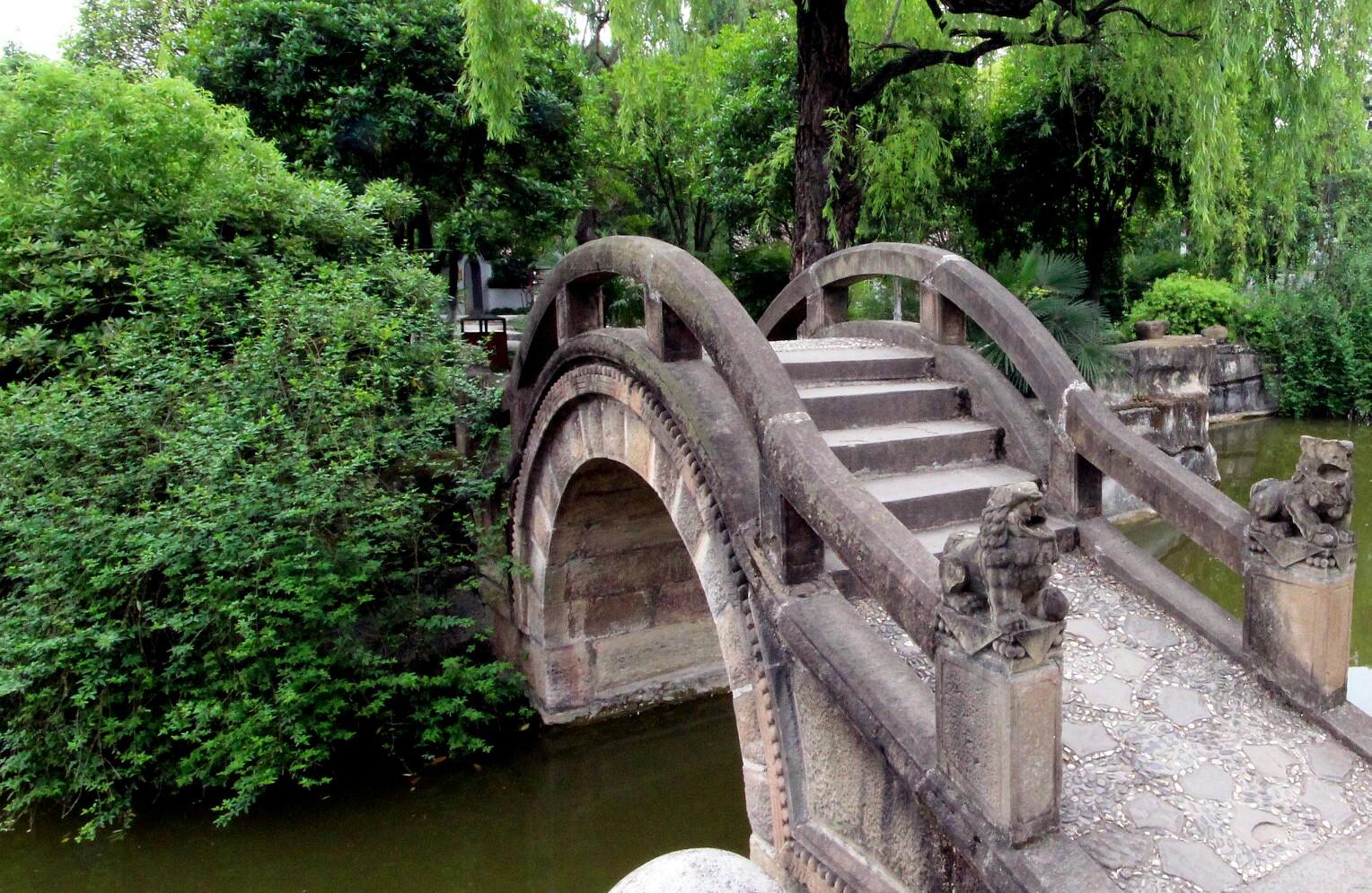 桥流水,小小的石拱桥,城市游客散步的好地方