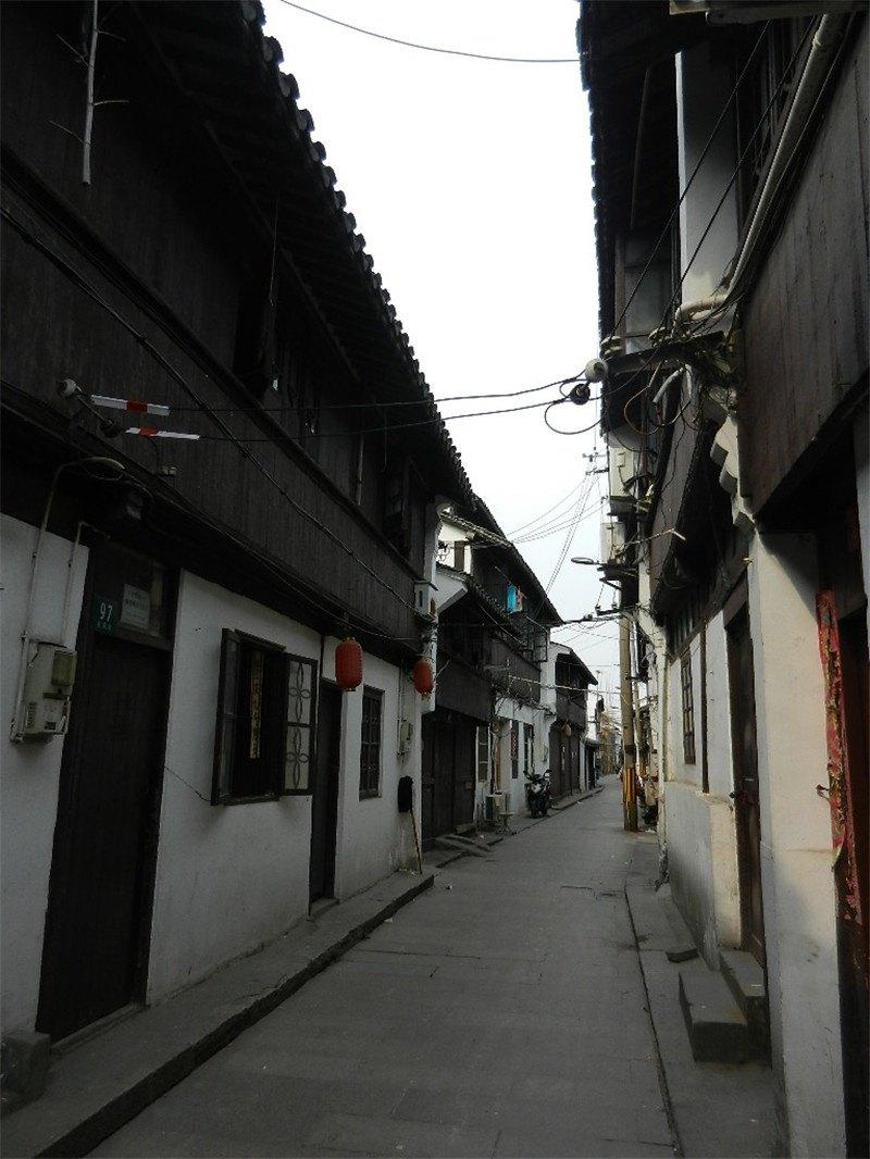沿着河边也是两条老街,风格跟其他古镇的老街