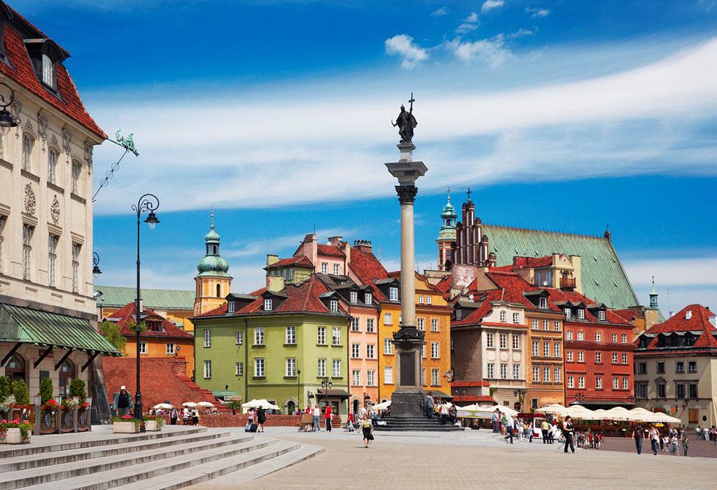 美丽而充满生机的古城广场,无疑是华沙市区内最为色彩斑斓,最令人难以忘怀的迷人景致。在这座面积不算太大的广场内,却汇集了无数宏伟的教堂,精美的楼宇,以及众多令人难忘的建筑。伴着波兰湛蓝的天空走进充满欢声笑语的波兰古城广场,首先映入眼帘的便是巨大的王宫城堡,它红色的外观虽然朴实,却在周围形态各异的建筑承托下,显得格外沉稳而厚重。