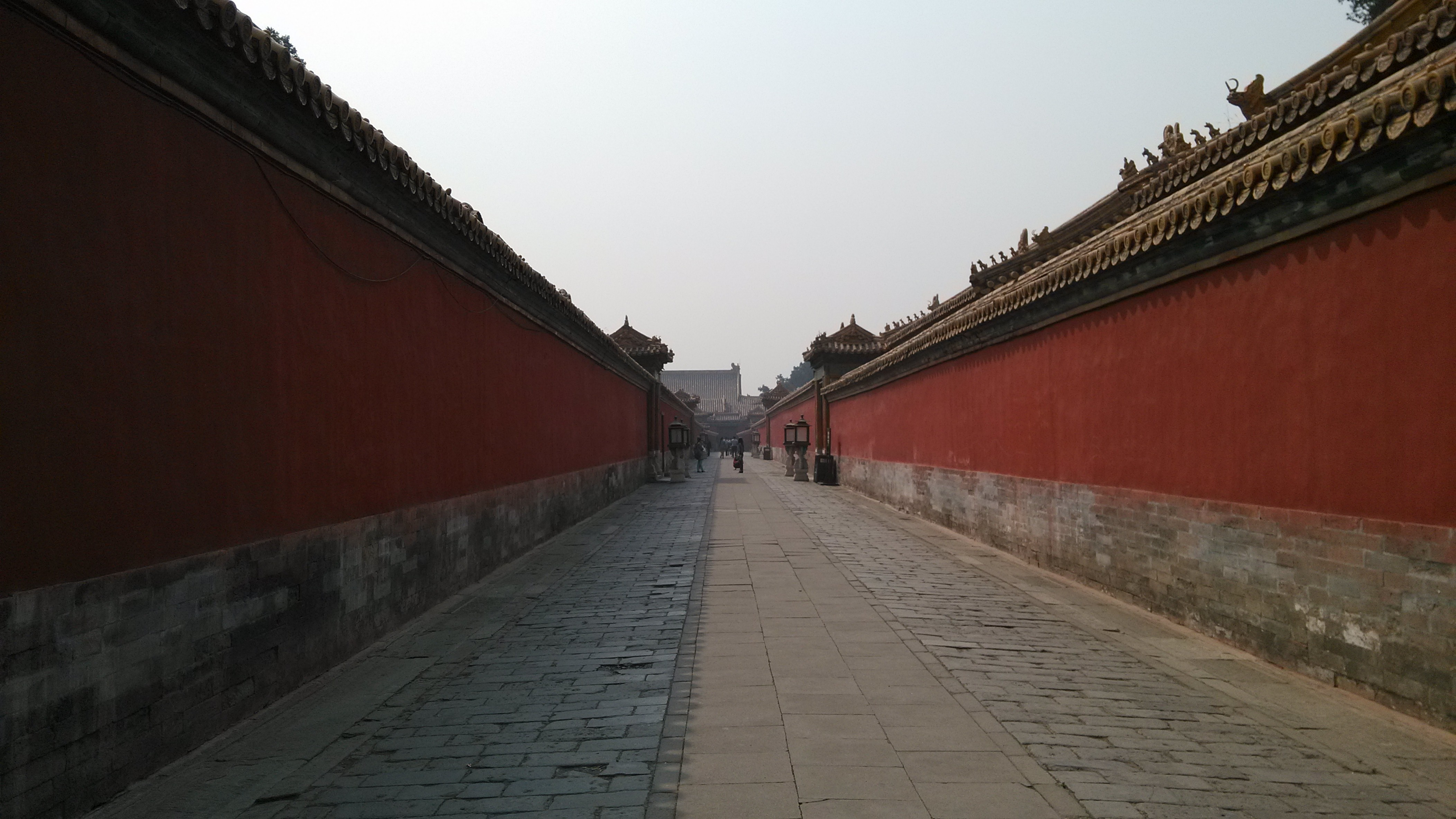 去故宮是在冬天,那一段時間北京的霧霾最嚴重,帶著剛買的尼康D90,拍出來的照片灰蒙蒙的,但是并不影響故宮帶給我的內心沖擊。隨著腳步的逐漸前移,你會感覺到古代王朝的強大,宮殿的宏偉,建筑的對稱和講究,感受到作為中國政治中心的故宮曾經的輝煌和榮耀。不得不說故宮之行是一次非常有意義的旅行,更是對中國古代政治文化的一個全面的認識,置身故宮當中,你就立馬能搞感覺到諸如《康熙王朝》這類電視劇帶給你的沖擊,而這種沖擊是現實的,是真實的。