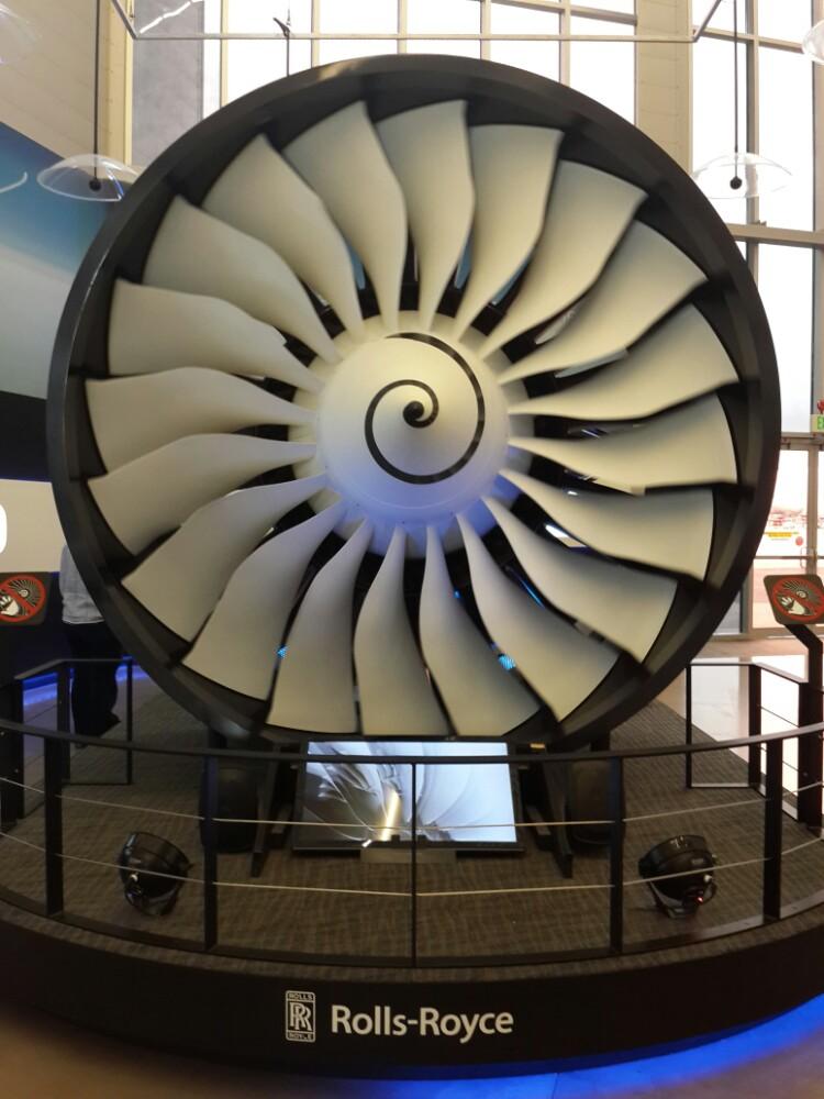 大厅摆放的波音飞机发动机