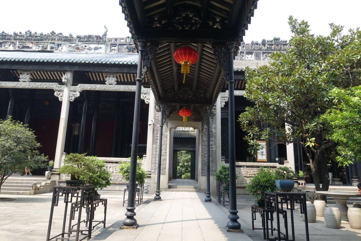 陈家祠始建于清光绪十四年(1888年),是广东地区保存较完整的富有代表性的清末民间建筑,可以看到非常有特色的雕塑。除外,里面还可以看到一些艺术展和图片展之类的,在老房子中体会文艺。 陈家祠初建时,是广东省陈姓联合建立的合族祠堂,为本族各地读书人赴广州参加科举考试提供住处。
