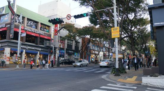 p>济州市莲洞步行街,又名宝健路(莲洞7路),是济州岛旅游购物的好去处