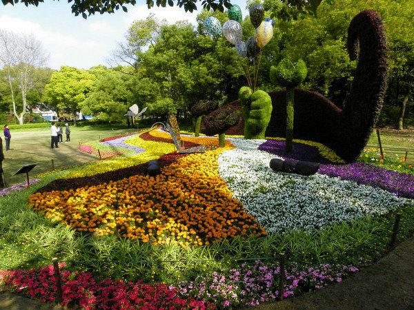 特别是红绿草制作的园艺兔与藤艺制作的卡通兔