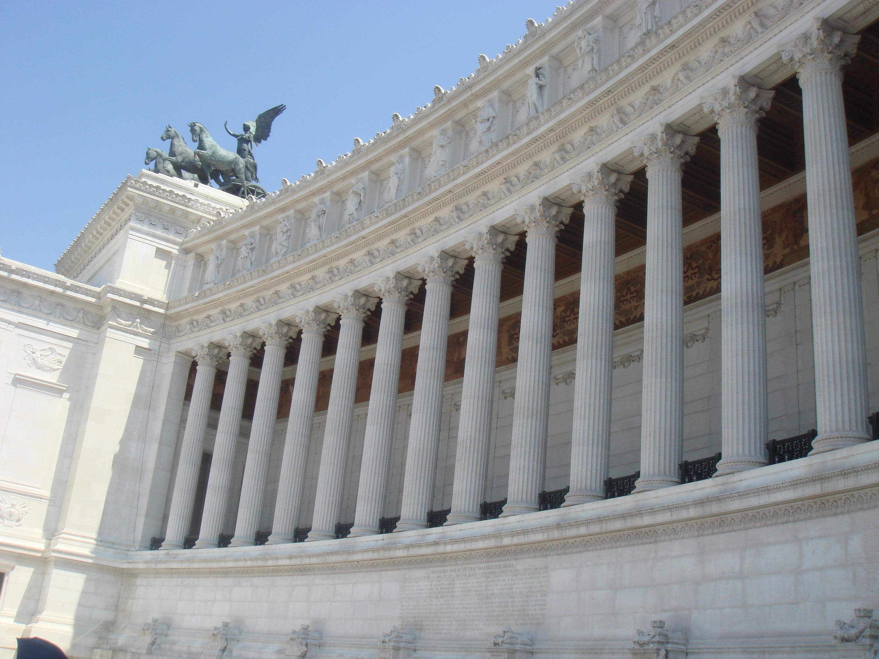 告别古罗马气势恢宏震撼人心的古老,我们继续兴致勃勃地游荡在罗马市区。第四站是位于市中心的威尼斯广场,为了庆祝1870年意大利统一而建造的维克多.埃曼纽尔二世纪念堂是广场上最醒目的建筑,这座白色大理石建造的新古典主义建筑如今已经是罗马的新地标。纪念堂正面是16根圆柱形成的弧形立面,顶部是两座巨大的胜利女神驾驭战车的青铜雕像,台阶中央骑马的人物塑像就是完成了意大利统一大业的维克多.