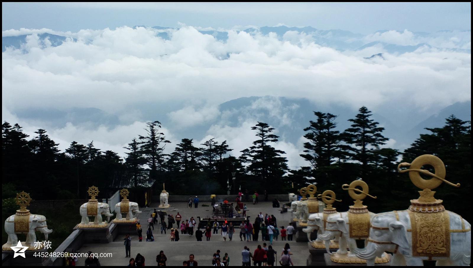 来敬香祈福吧!这里是四大佛山之一,也是普贤菩萨的道场,山中众多的寺庙,让这里充满了佛陀的气息。也许是沾了灵气的缘故,山中的景色也是极美的,四季各有美景可看。此外,山中的猴群,那是出名的凶悍。 峨眉山景区随海拔不同,分为低中高三个区。清音阁以下为低山区,植被茂密,气候与平原无异;清音阁至洗象池为中山区;洗象池以上为高山区,山上需携带保暖衣物。山中主要寺院和景点有:报国寺、伏虎寺、清音阁、洪椿坪、九十九道拐、金顶等。 游玩峨眉山,主要有两种方式:徒步、乘车。全程徒步的话,约需2-3天,需要极好的体力;乘车比较
