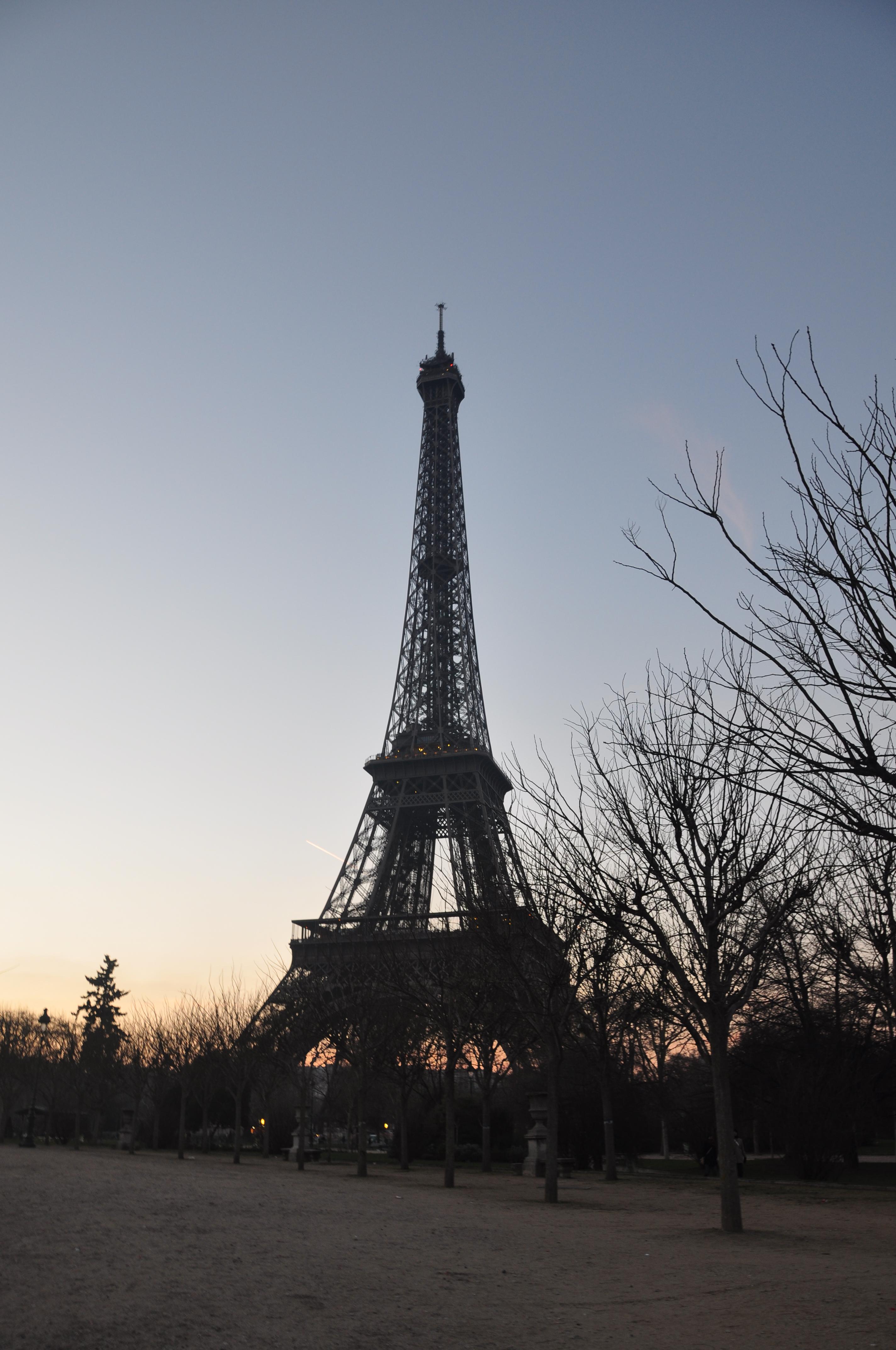 一个多世纪以前,当法国建筑师古斯塔夫·埃菲尔为纪念法国大革命100周年而举办的巴黎世博会提出建立主题铁塔的计划时,人们并没有对此表示出多大的兴趣,甚至曾有人极力反对建造铁塔。1887年2月14日,就在工人们开挖铁塔地基的几周后,法国一些著名文人还曾向政府提出抗议,称铁塔是巴黎的耻辱,一位作家还把它贬低为真正不幸的路灯。 但事实很快证明,他们错了。1889年,埃菲尔铁塔建成,连同顶部的旗杆在内,塔高312米,是当时世界上最高的建筑。铁塔轰动了1889年的巴黎世博会,近200万人在世博会期间登