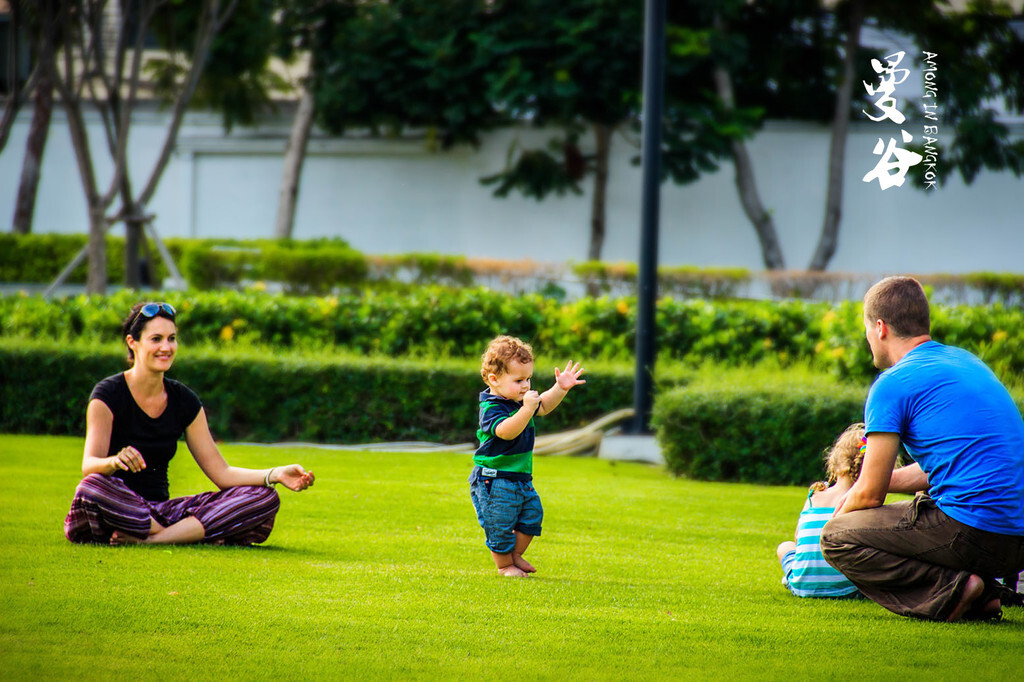 外国母亲与儿子性交图片_这位外国妈妈正在教导她的孩子学习走路.