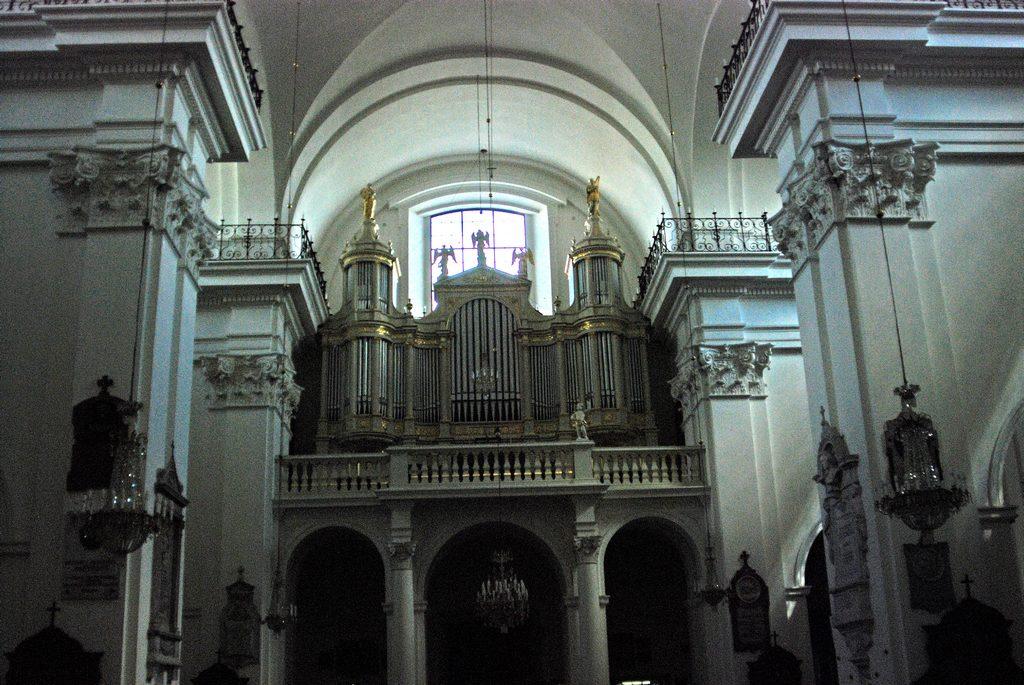 教堂墙壁上有许多波兰著名历史人物的画像,教堂中央的一根立柱旁挂着