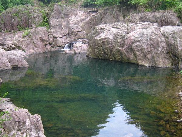 舞龙峡景区位于浙江省级风景名胜区夹溪上游.