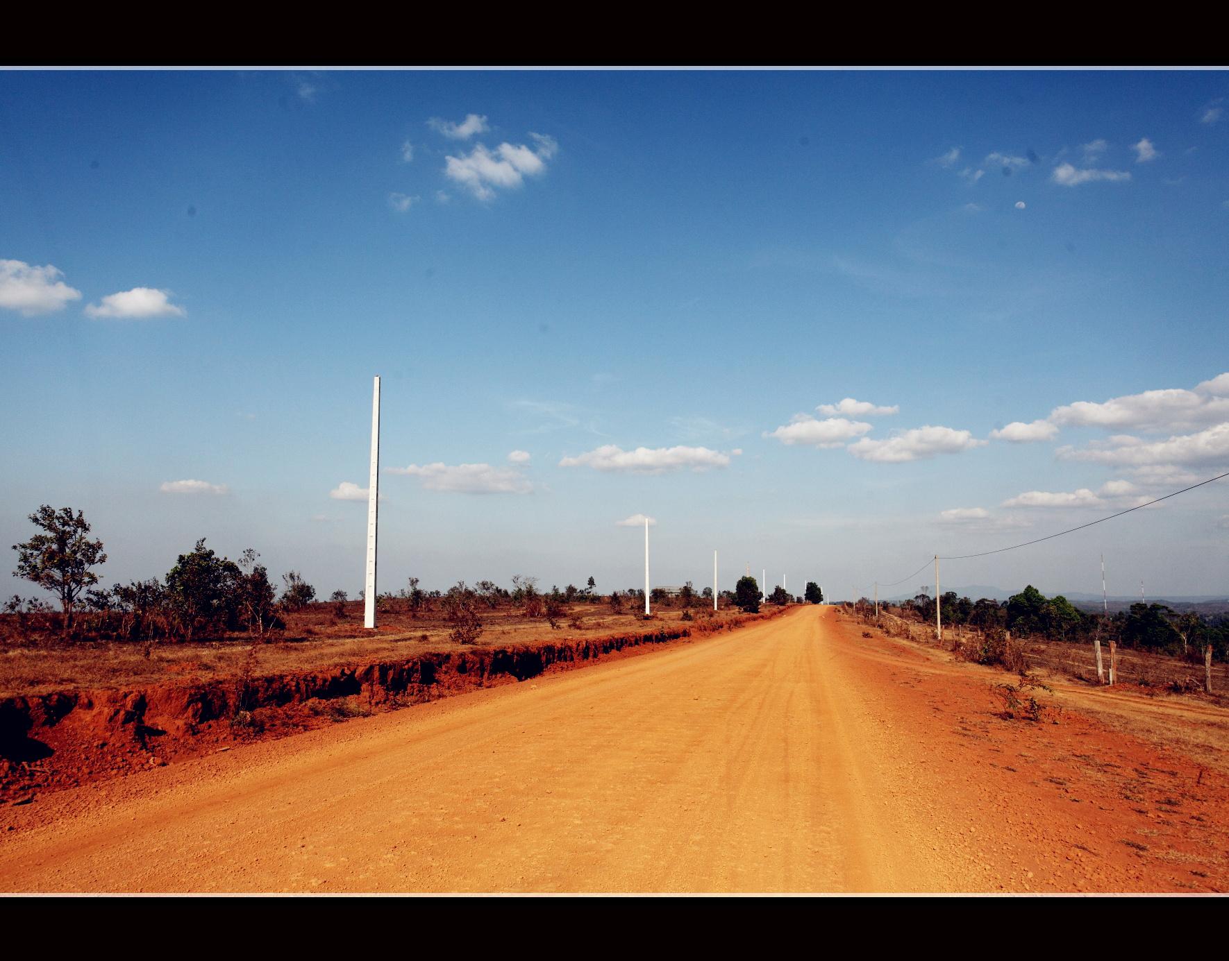 进入乡村之中,崭新的柏油路变为了黄土大道
