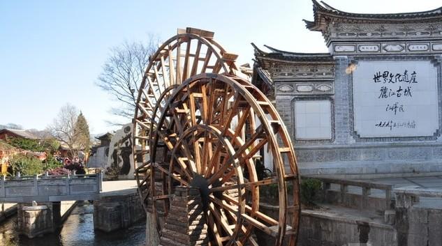 大水车位于丽江古城口,是丽江古城的象征,一进古城门口即可看到。水车共有两个,有人说是子母水车,也有人说是情人水车,每个游玩丽江古城的人,几乎都会在这里留下合影。 在两个大水车的旁边的照壁,用的是城内民居的建筑形式,非常特别。照壁加上水车的形象,几乎出现在丽江古城所有的对外宣传照中,相信每个人都会非常熟悉。