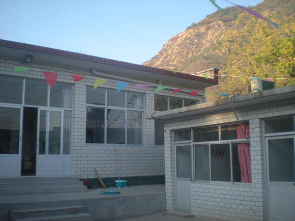 农家院的整体建筑是农村传统形式的平房式建筑,客房共有独卫三人间