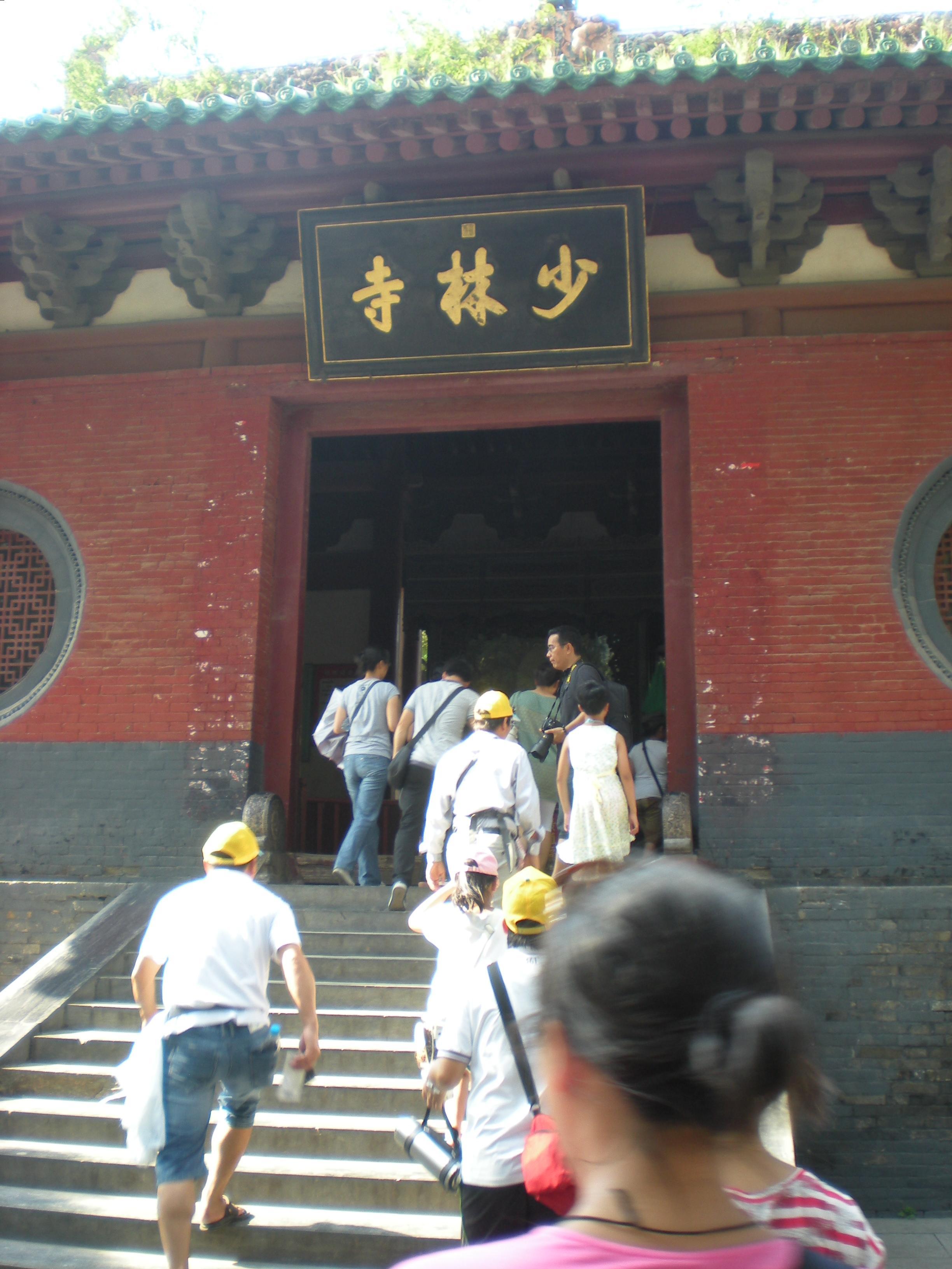建议到郑州火车站对面的旅游汽车站坐少林寺的旅游专