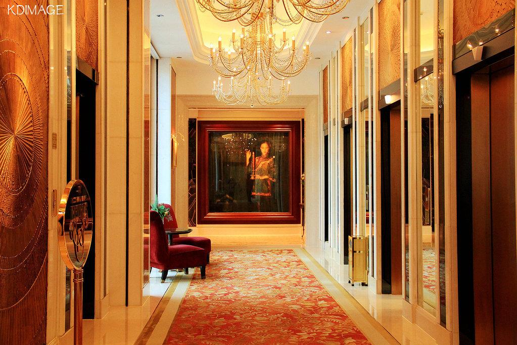 电梯走廊也是沿用欧式古典装饰风格