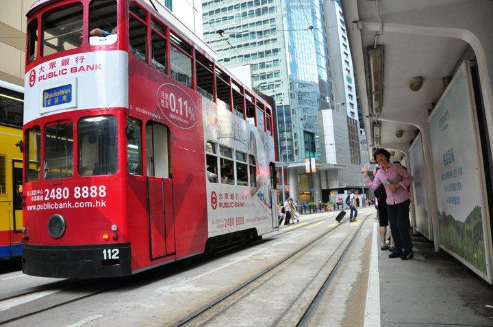 叮叮车是熙熙攘攘的香港街道不可分割的一部分,而且它还是全世界唯一的双层有轨电车。叮叮车行驶的路线是香港繁华的商业中心,途径西环、上环、中环、湾仔、太古、筲箕湾及维多利亚港沿岸,这种只有香港岛才有的古老交通工具,实际上是一种电车,由于开车时司机踩到踏脚车子会发出叮叮、叮叮的声音而著名,故人们喊它叮叮车。 电车现时经营6条部份重叠的路线连接坚尼地城至筲箕湾,平均每1分30秒内有电车到达车站,6条主要路线分别如下:1、筲箕湾至上环街市(星期一至五尖峰时间有特别班次来往筲箕湾至坚尼地城);2、筲箕湾至跑马地;3