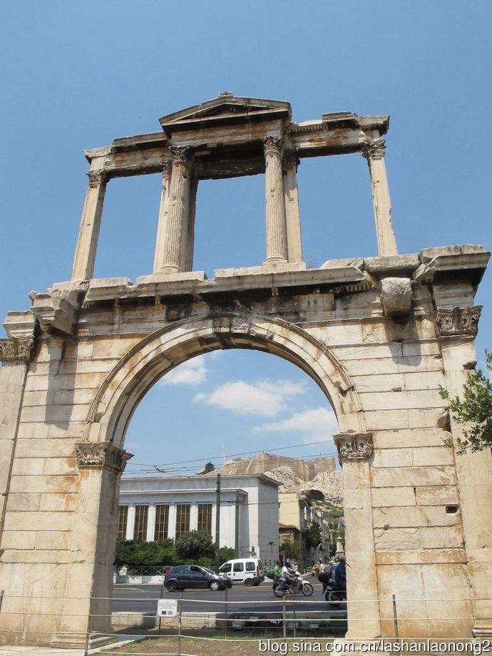哈德良拱门(Arch of Hadrian)高59米,宽41米,厚7.5米,是罗马时代的凯旋门,于公元131年由哈德良皇帝(Hadrian)建造。当时建筑拱门将市区分成新、旧两区。以东为哈德良皇帝所扩建的新市区,而以西则为古市区。拱门的框缘上雕刻了2道题字,每道各在一面。面向雅典卫城的那一面写着:这里是雅典,特修斯的远古城市。另一相反方向面向新城,上面的提字写道:这里是哈德良的城市而不是特修斯的城市。这个著名的建筑物由科林斯式冠状壁柱支撑。