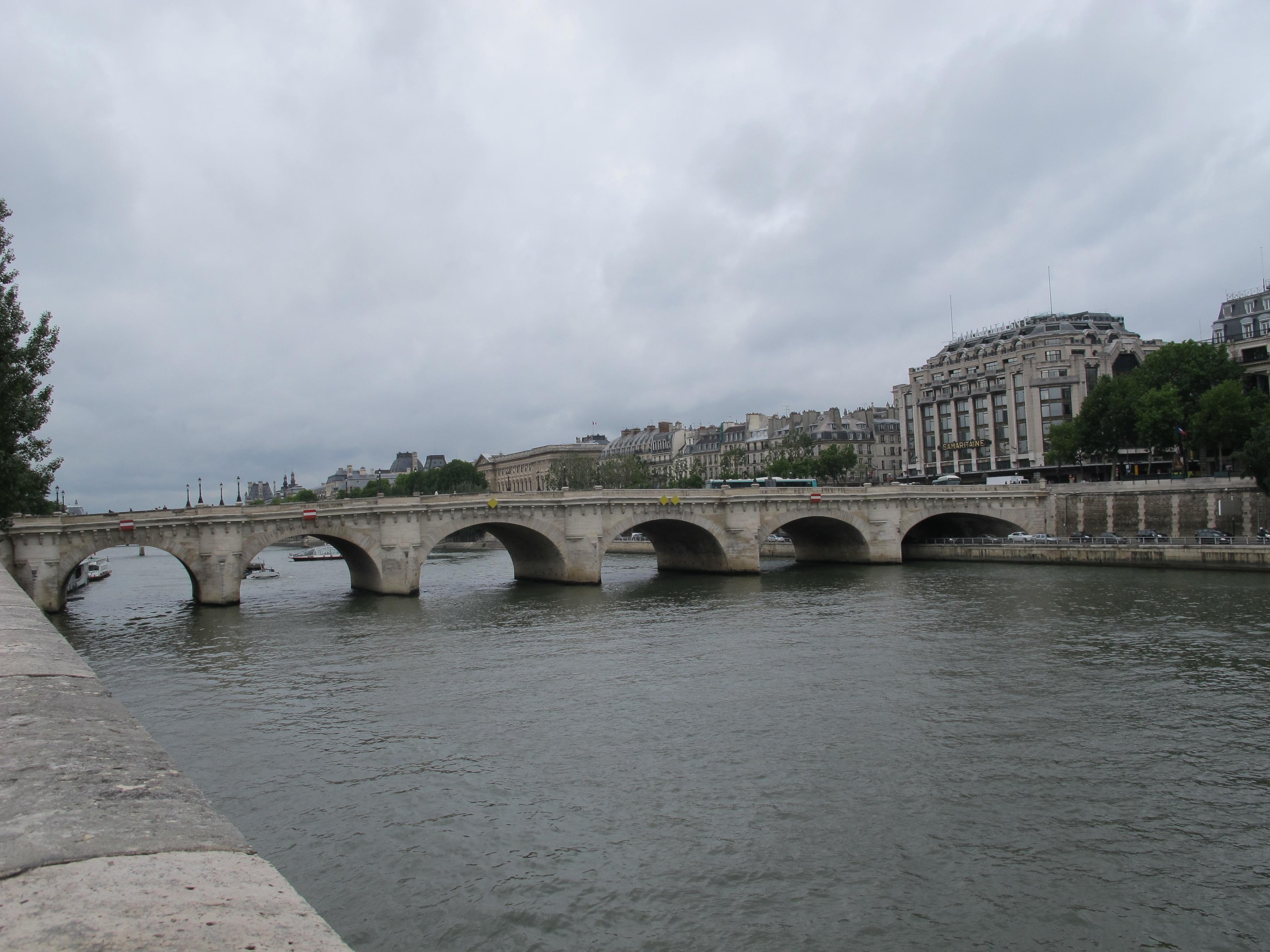 新桥始建于1578年,于1604年完工,由法国国王亨利四世主持修建,是巴黎最古老的桥梁。 它由两座独立的桥梁组成,横跨西岱岛西侧,将塞纳河左右两岸连接起来。其中将西岱岛与左岸相连的是一座五孔拱桥,将之与右岸相连的是一座七孔拱桥,每个拱洞前都装饰了无名壮士的头像雕塑,表情生动。此外,桥上的路灯基座很漂亮。 桥上两侧的人行道上建有半圆形石椅,常见街头画家摆摊作画,画下塞纳河和新桥的迷人风光。大画家毕加索就曾于1943年描绘过新桥恬静的风景,画作现藏于巴黎的毕加索美术馆里。 桥中心有三座亨利四世骑马的雕像,从雕