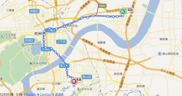 杭州萧山国际机场位于钱塘江南岸萧山区新街镇东,距杭州市中心27公里,距萧山区中心15公里。一条长17.6公里、实行全封闭行驶的机场专用道和杭州相连。旅行者可以通过乘坐机场巴士或出租车从机场往返市区。 机场官网:http://www.hzairport.com/ 机场服务热线:0571-96299 机场巴士 萧山机场有机场巴士往返于杭州市区的武林门、火车东站、黄龙集散中心等主要地点,以及周边城镇,如绍兴、义乌、金华、苏州、乌镇、安吉等地。机场巴士候车室位于机场候机楼到达厅14号门,到市区全程大约需要70-9